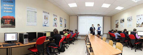 Conduction of laboratory works by assistants A. Konovalov and O. Bauzha in HUAWEI classroom