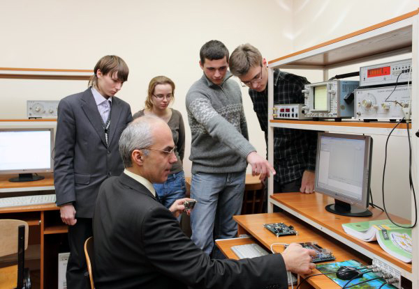 Conduction of laboratory works by Associate Professor O. Barabanov in the laboratory of digital communication